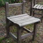 小さな木製の椅子